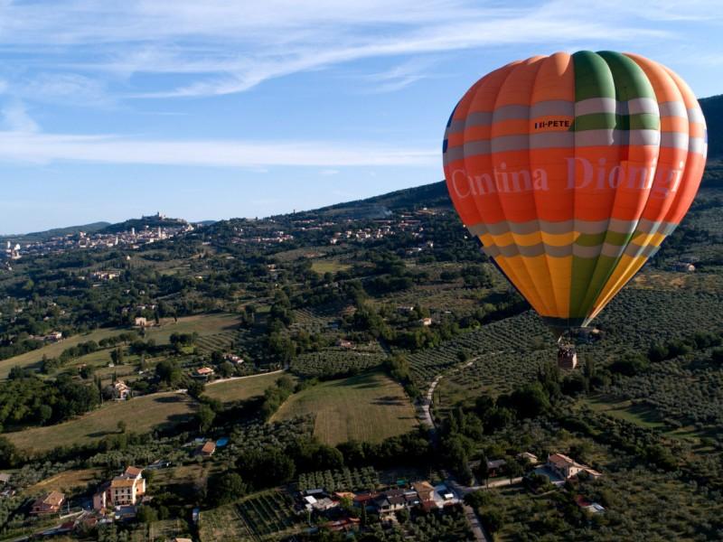 Volo in mongolfiera sopra ad Assisi