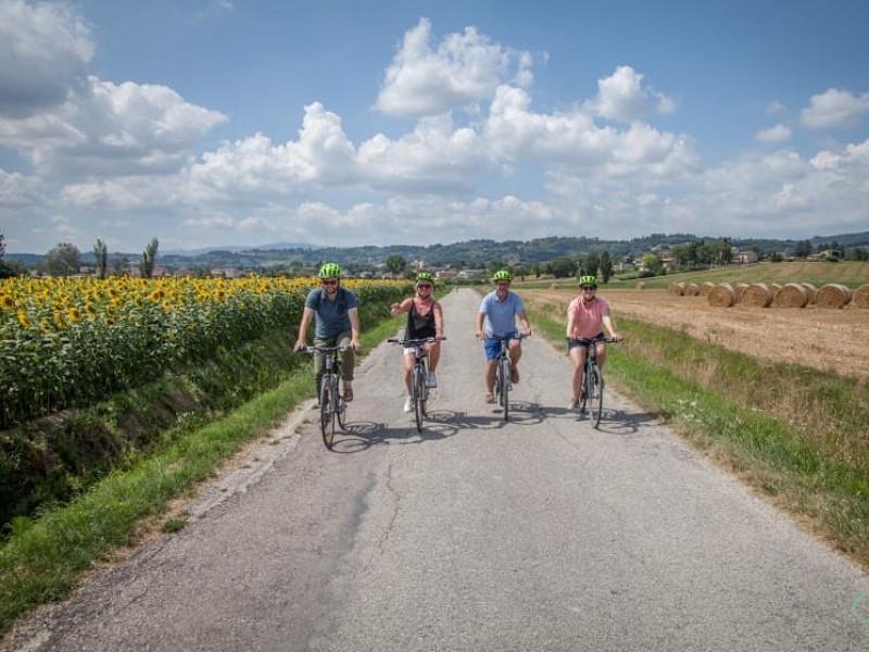 Giro in bici a Bevagna in Umbria. Tra colline e cantine